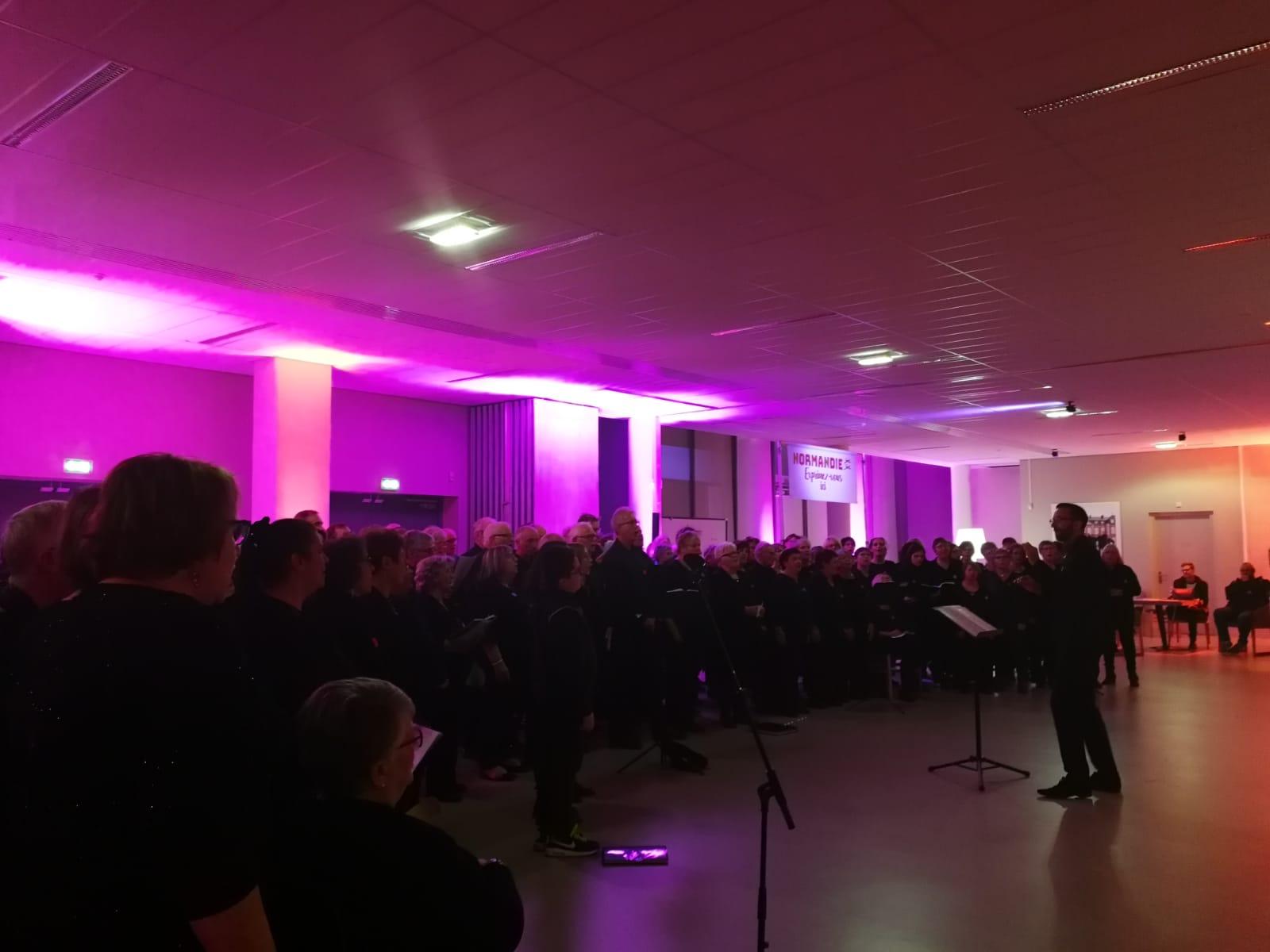 500 personnes engagées pour parler des atouts de la Normandie et encourager les belles initiatives qui dynamisent la région. #NormandieCollective Merci également aux 160 choristes des LES VOIX DE L'ESTUAIRE et aux intervenants ! Nous sommes fiers d'appartenir à ce collectif normand.
