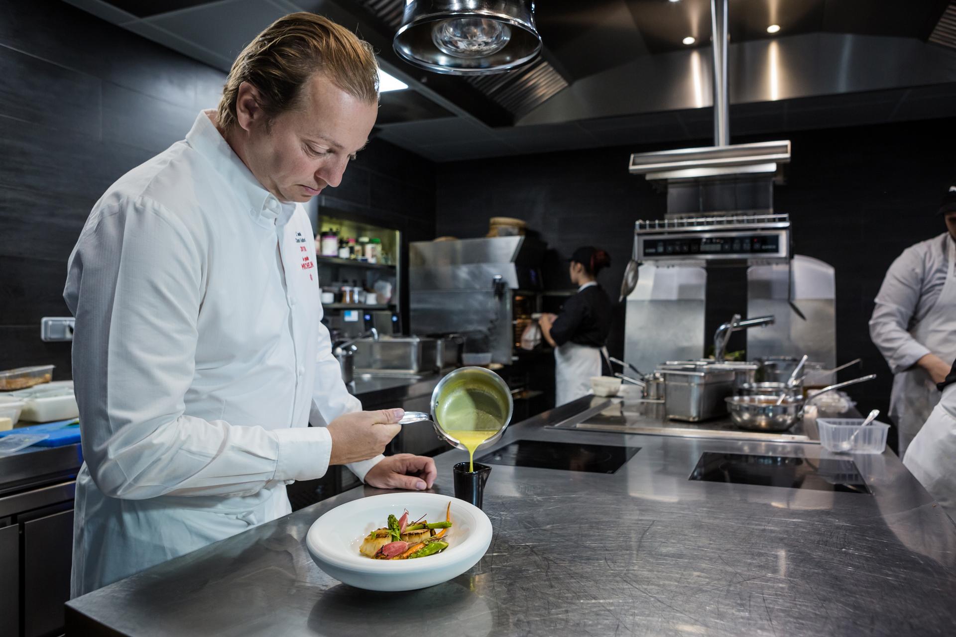Le chef étoilé Charles Thuillant dans son restaurant L'Essentiel à Deauville ©Julien Hélie / Normandie Attractivité